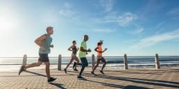 Sunn hverdag: En gruppe som løper langs stranden