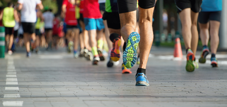 Riktige sko: Mange mennesker som løper gateløp. Fokus på føttene deres
